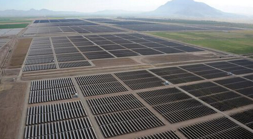太阳能发电系统中,控制多路太阳能电池方阵对蓄电池充电以及蓄电池给太阳能逆变器负载供电的自动控制设备.太阳能控制器采用高速CPU微处理器和高精度A/D模数转换器,是一个微机数据采集和监测控制系统.既可快速实时采集光伏系统当前的工作状态,随时获得PV站的工作信息,又可详细积累PV站的历史数据,为评估PV系统设计的合理性及检验系统部件质量的可靠性提供了准确而充分的依据.